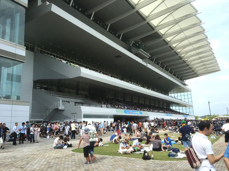 超満員の中京競馬場